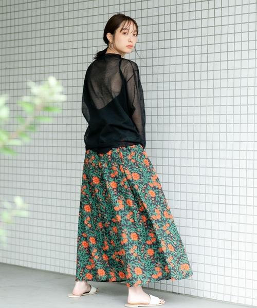 花柄マキシスカートの服装
