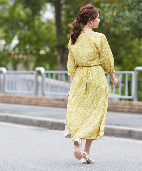 黄色フェイクボタンスカートのコーデ
