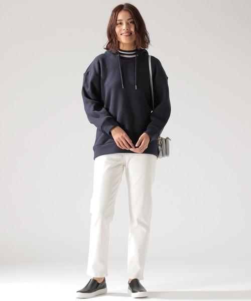 ボートネックパーカー×ホワイトデニムパンツ