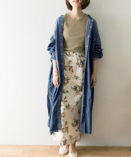 フラワープリントスカートの服装