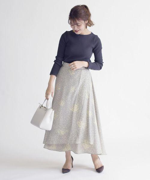 ライトグレーの花柄スカート