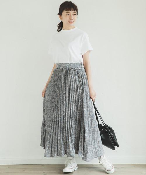 白スニーカー×花柄プリーツスカートの夏コーデ