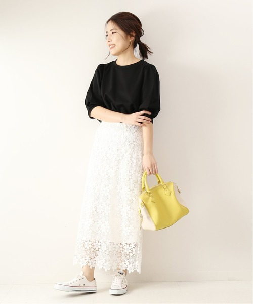黒プルオーバー×白フラワーレーススカート
