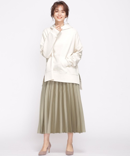 サテン素材で品のあるプリーツスカートコーデ