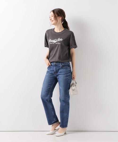 黒Tシャツ×ストレートデニムパンツ