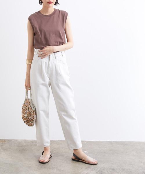 スリーブレスTシャツ×ホワイトパンツ