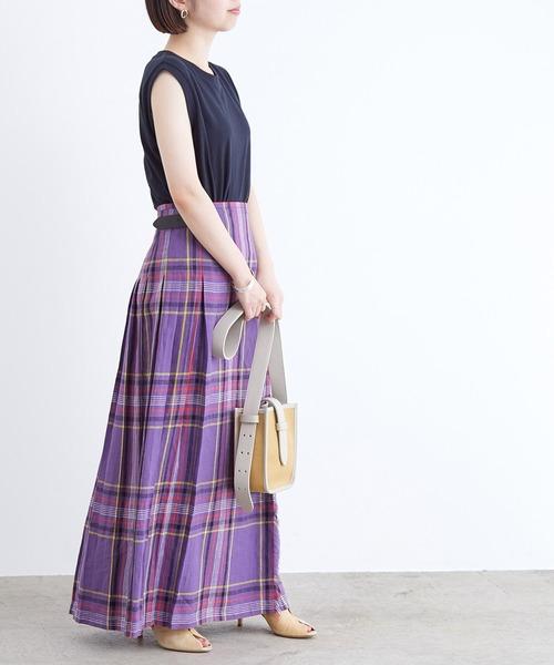 スリーブレスTシャツ×チェック柄ロングスカート