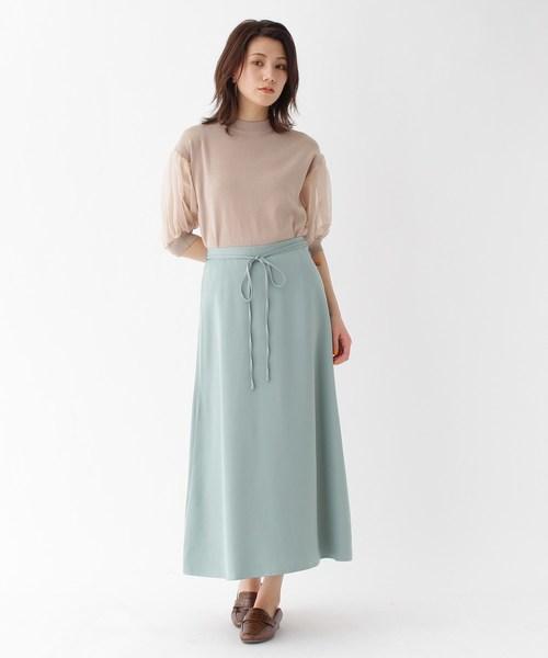ベージュニット×緑ロングスカートの夏コーデ