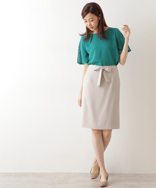 緑トップス×ベージュスカートの夏コーデ