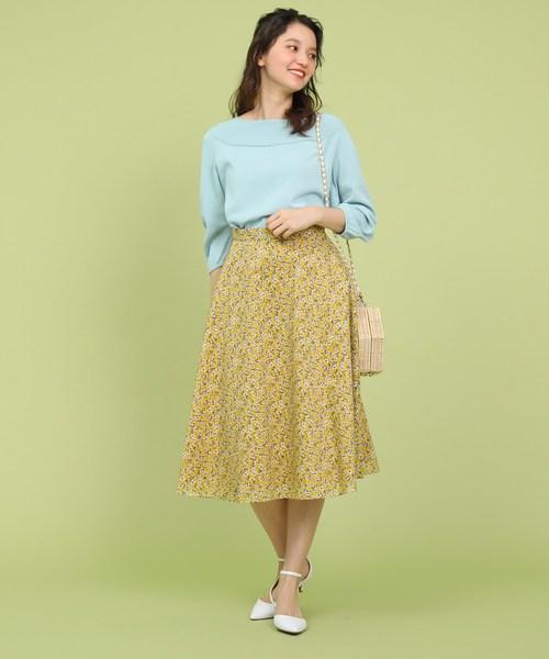 黄色フレアスカートのコーデ