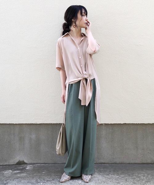 ベージュシアーシャツ×緑パンツの夏コーデ