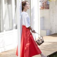 赤スカートの夏コーデ【2020最新】派手見えしない大人の着こなしをマネしよう♪