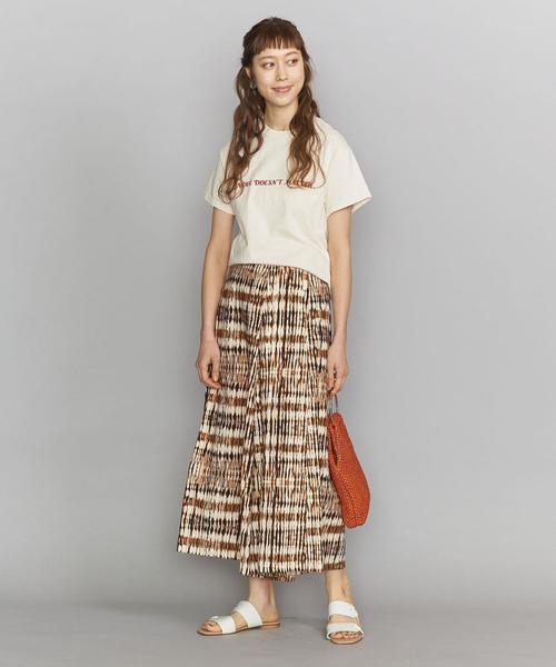柄スカートは色のトーンを合わせばうまくいく