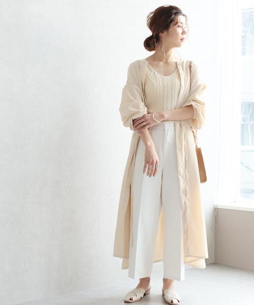 ベージュロングシャツ×白パンツの夏コーデ