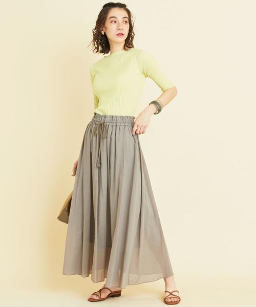 透け感スカートで作る旬のスタイル