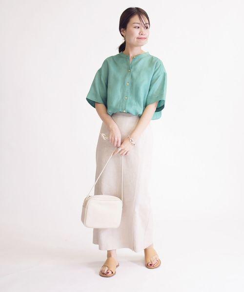 緑リネンシャツ×ベージュスカートの夏コーデ