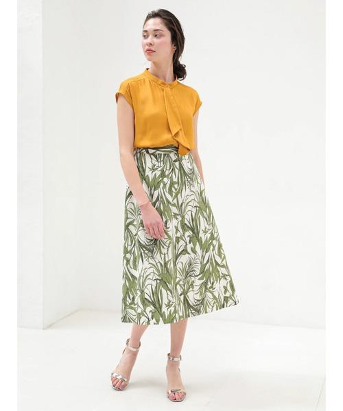 タイブラウス×柄スカートでトレンドな服装