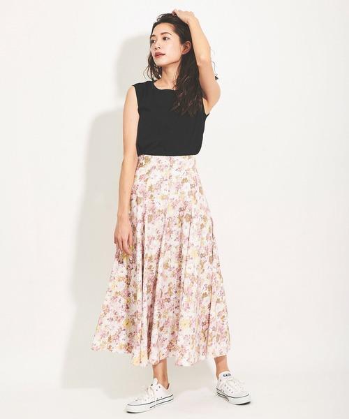 ピンクの水彩スカートのコーデ