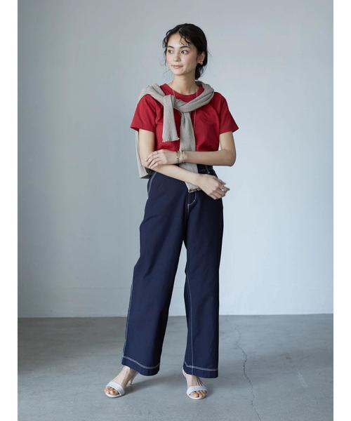 クルーネック赤Tシャツ×ワイドデニムコーデ