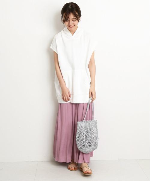 程よくくすんだピンクが甘さを抑えてくれる、ロング丈のジャガードフレアスカート。ウエストゴムならコンフォーダブルな着心地を叶え、余裕ある大人な表情を引き出してくれますよ。トップスには、ビッグサイズな白パーカーを合わせた着こなしはいかがでしょうか。 足元もフラットなストラップサンダルを添えて、ナチュラル×カジュアルな気取らない夏のピンクスカートコーデを完成させましょう。