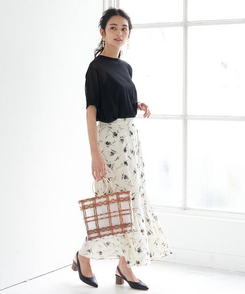 ブラックTシャツ×フラワープリントスカート