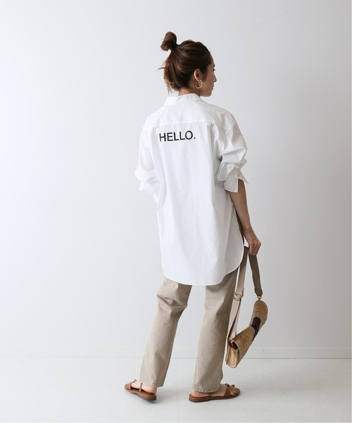 ロゴシャツ×ストレートパンツ