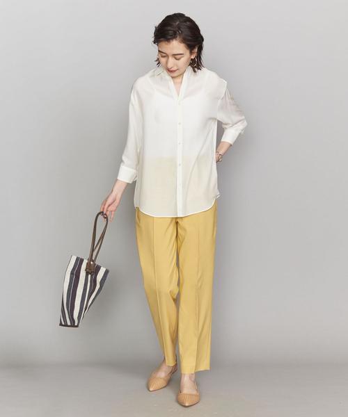 カラーパンツを白シャツで品よく大人っぽく