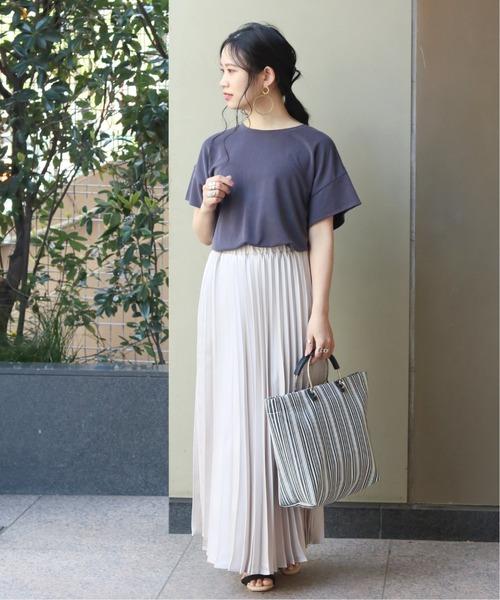 プリーツスカートが映える夏のシンプルコーデ