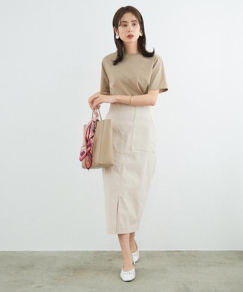 ベージュTシャツ×ストレッチタイトスカート