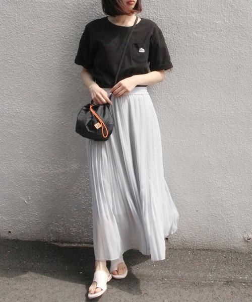 黒Tシャツ×スカートの40代レディースコーデ