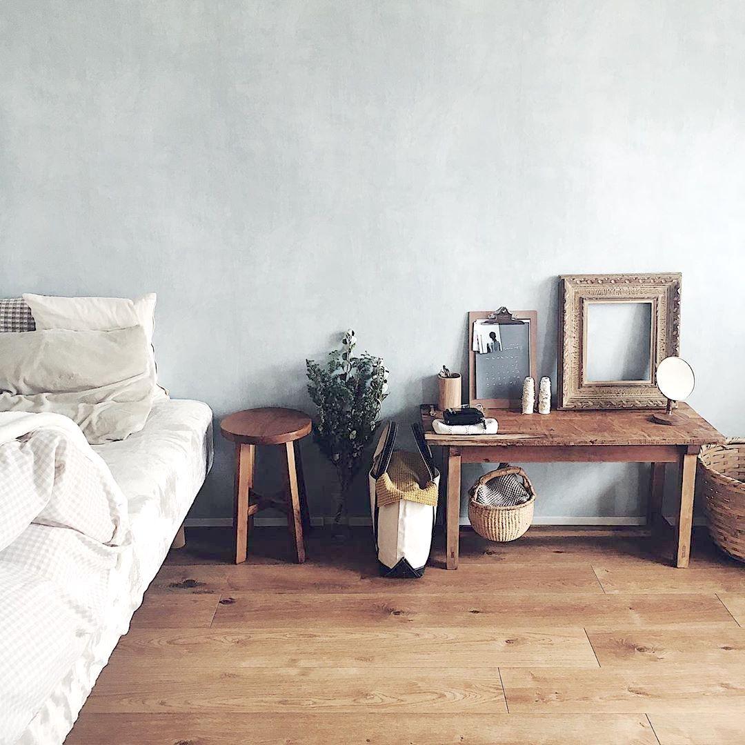 無垢フローリングに雰囲気の良い木の家具でつくる。小さなワンルームの暮らし方