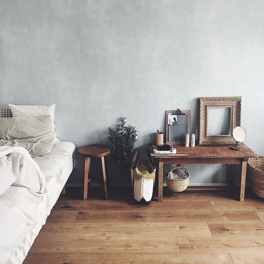 木の家具と、古道具屋さんのアイテムがよく馴染むa