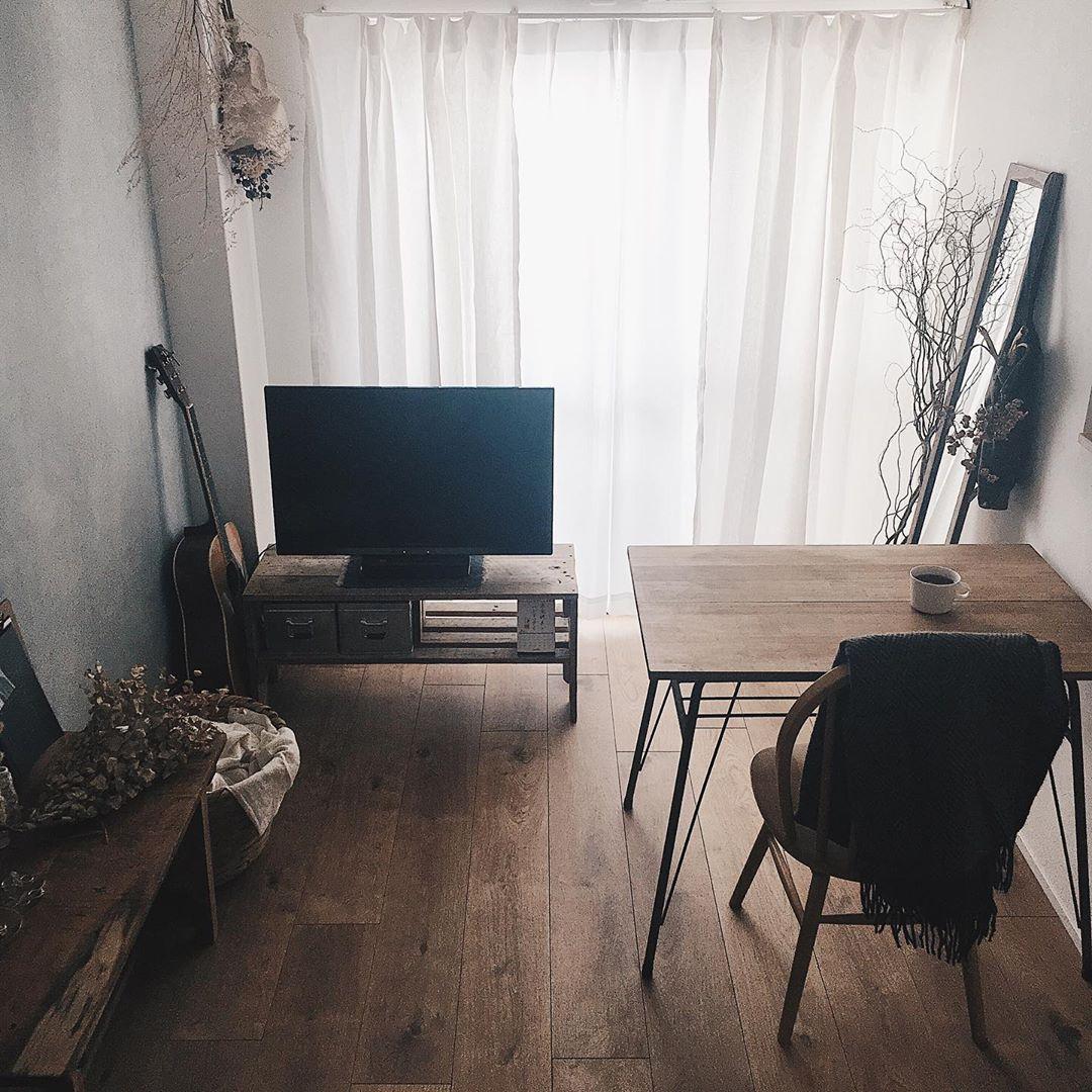 木の家具と、古道具屋さんのアイテムがよく馴染む