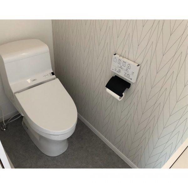 グレー系でまとめたおしゃれなトイレ