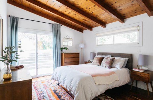木板天井×ブルーカーテンが爽やか