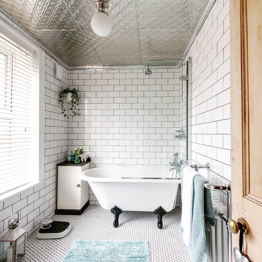 明るく清潔感溢れるバスルーム