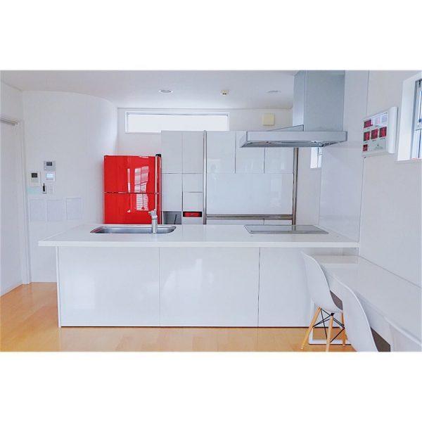 赤色の冷蔵庫がおしゃれなキッチンインテリア