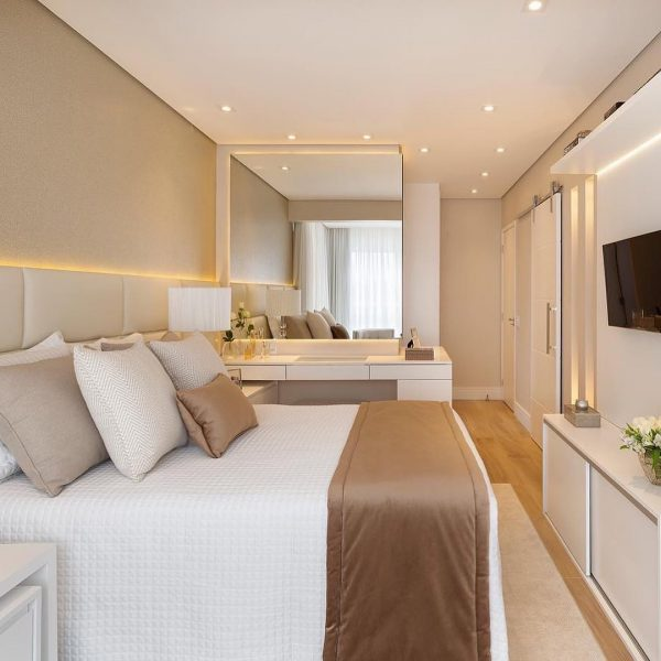 ベージュ系で柔らかい雰囲気の寝室