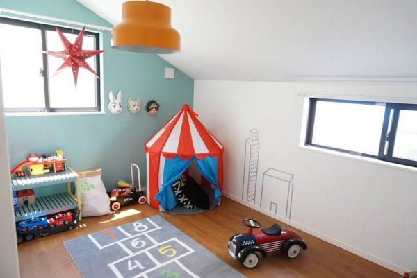 三角屋根の可愛らしいキッズルーム