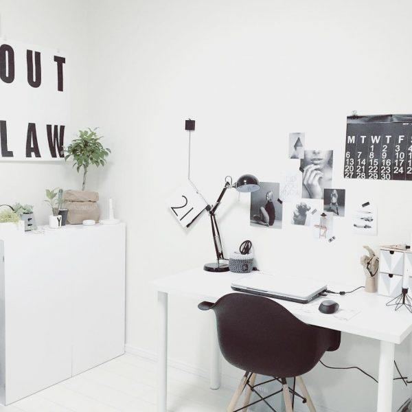 モノトーンインテリアのおしゃれな仕事部屋