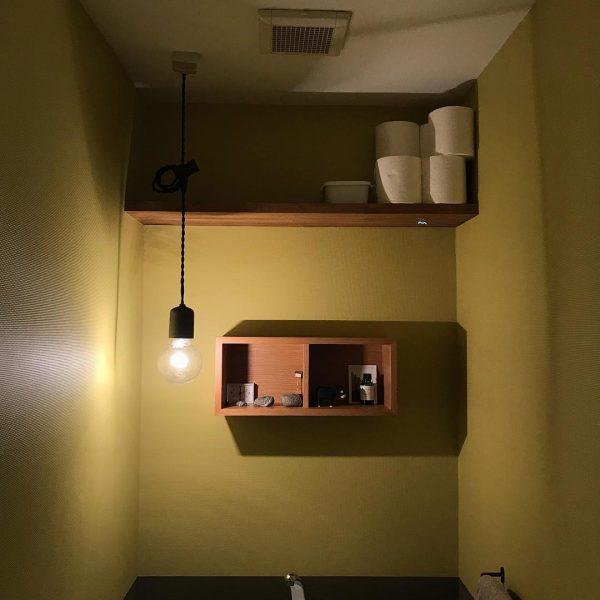 オープン収納が使いやすくお洒落なトイレ