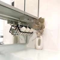 浮かせるから掃除しやすい!使い勝手抜群の【洗面台】吊るす収納アイデア