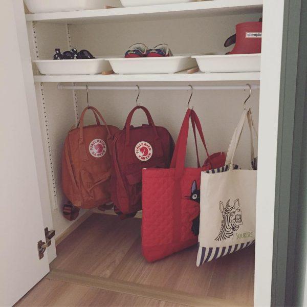 玄関収納で魅せる赤色インテリア
