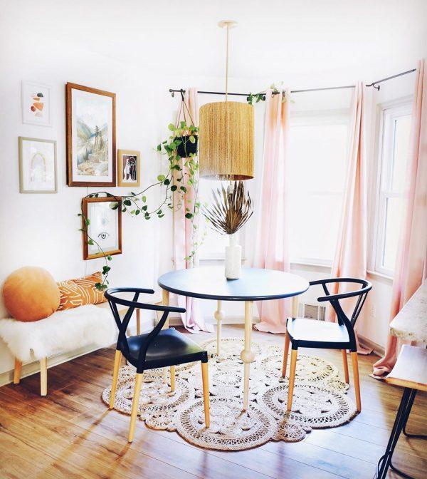 淡いピンクカーテンが華やかさを演出