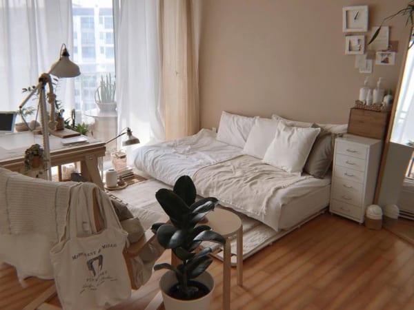 白&ベージュ系でまとめた寝室