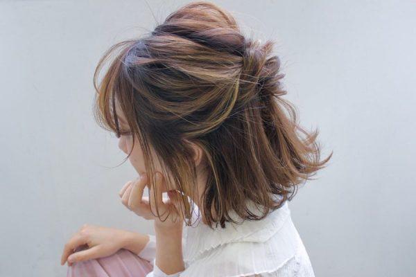 ねじりハーフアップのデート向けボブの髪型