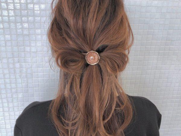 リボンヘアのデート向けロングヘアの髪型