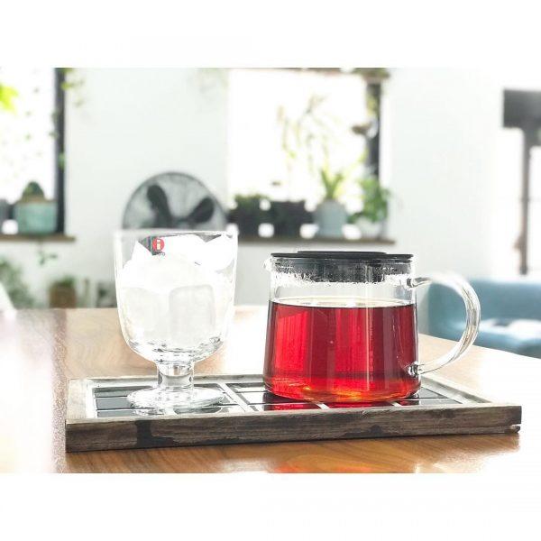 ガラス製のティーポットとワイングラス