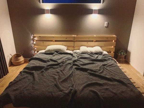 ブラウンで落ち着いた雰囲気の寝室