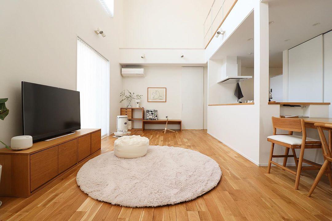 家具のレイアウトが素敵なリビング